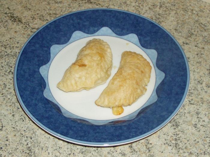 Fagottini di pasta sfoglia ripieni con cubetti di affettato e formaggio