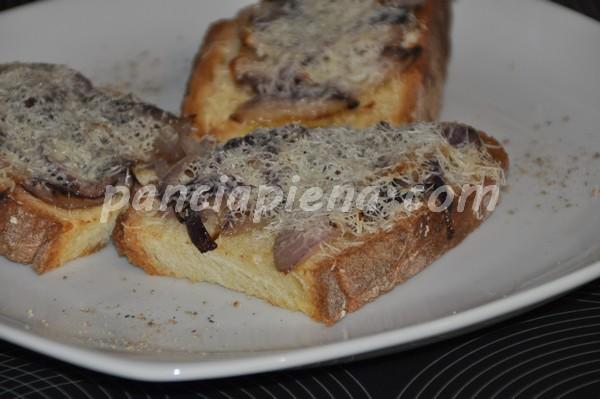 Crostini cipolla e pecorino
