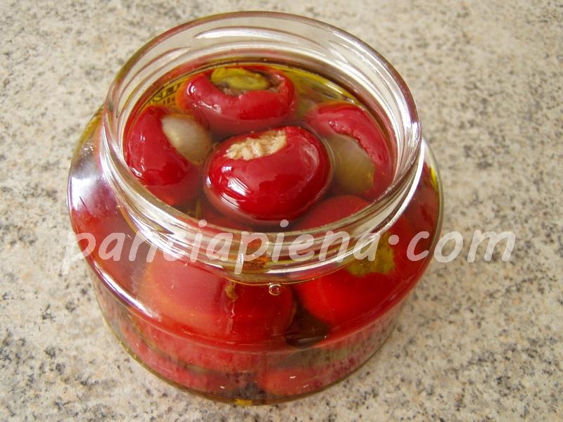 Link to Peperoncini tondi piccanti sott'olio ripieni con tonno, acciughe, olive e capperi