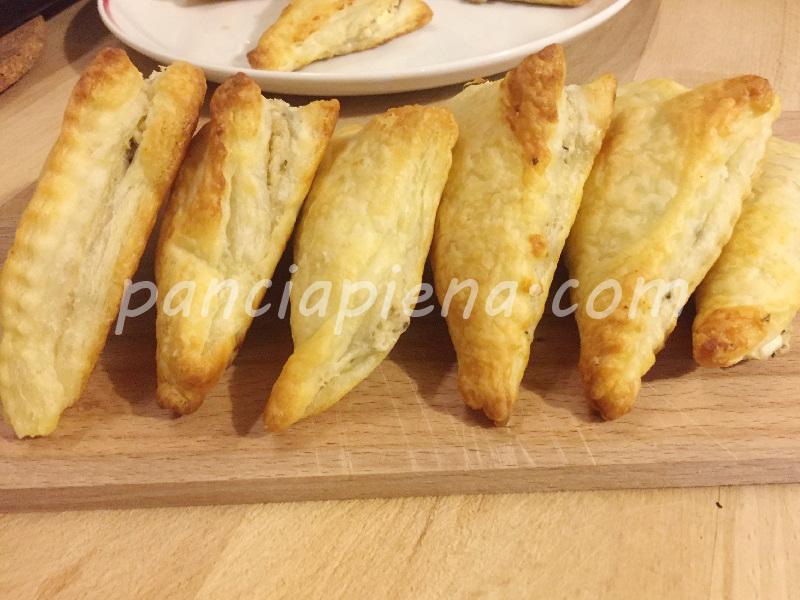 Triangoli di pasta sfoglia con feta e noci